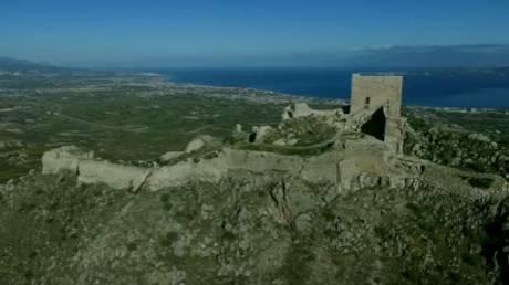 Το κάστρο με τα μνημεία της Ακροκορίνθου από ψηλά
