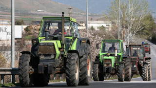 Ζεσταίνουν τα τρακτέρ τους οι αγρότες