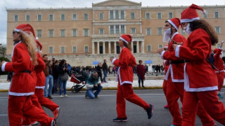 Athens Santa Run: «Πλημμύρισε» η Αθήνα από Άγιους Βασίληδες (pics&vid)
