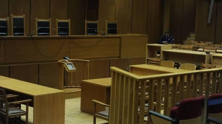 Σκληραίνει η κόντρα των συνδικαλιστικών οργάνων των δικαστών