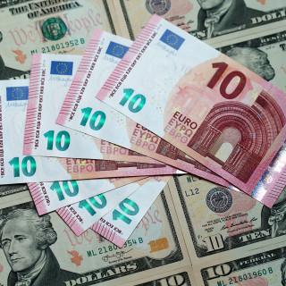 Ισοτιμία ευρώ - δολαρίου: Οσο εξασθενεί το ευρώ αυξάνονται οι εξαγωγές