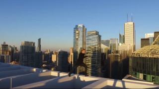 Τρέχει στην άκρη του υψηλότερου κτιρίου του Τορόντο (vid)