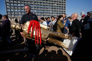 """""""Απλά, το έκανα πραγματικότητα και το έβαλα στη θέση που του αξίζει, στην Πλατεία των Βασιλέων του Ισραήλ"""", απάντησε αναφερόμενος στο όνομα που είχε η πλατεία πριν μετονομαστεί σε Ράμπιν, σε ένδειξη τιμής στον ισραηλινό πρωθυπουργό που δολοφονήθηκε από έν"""