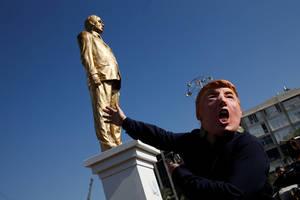 Μια γυναίκα υποκλίθηκε με περιπαιχτική διάθεση μπροστά από το άγαλμα, το οποίο ο Ζαλάιτ είπε ότι χρειάστηκαν τρεις μήνες για να το φιλοτεχνήσει.