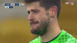 Champions League: Τερματοφύλακας ξεσπά σε κλάματα την ώρα του αγώνα (vid)