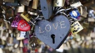 Το Παρίσι πουλά τα «λουκέτα της αγάπης» και δίνει τα έσοδα σε πρόσφυγες