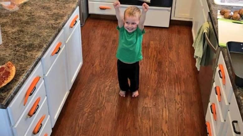 Ο δημιουργικός 3χρονος που έγινε viral με τον στολισμό καρότων