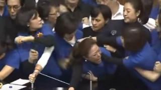 Σε «ρινγκ» μετέτρεψαν βουλευτές το κοινοβούλιο της Ταϊβάν (vid)