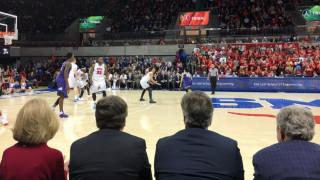 Δύο πρώην πρόεδροι παρακολουθούν μαζί αγώνα μπάσκετ (pics)