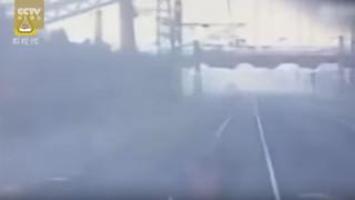 Δραματικό βίντεο: Τρένο παρασύρει και σκοτώνει εργάτες (vid)