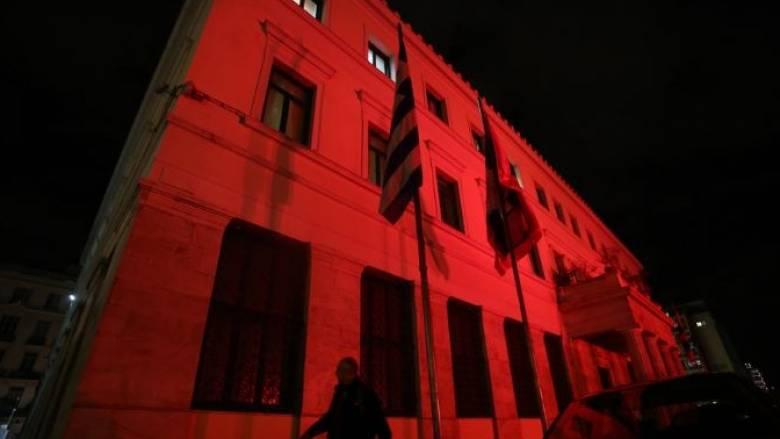 Στα χρώματα της τουρκικής σημαίας το Δημαρχείο της Αθήνας (pic)