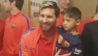 Ο Μέσι συνάντησε το παιδάκι που φορούσε φανέλα από σακούλα με το όνομά του(pics&vid)