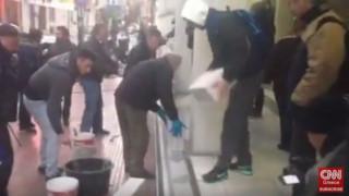 Εργαζόμενοι των νοσοκομείων «έχτισαν» την είσοδο του Υπ. Υγείας (vid)