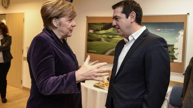 Η Μέρκελ «στήνει» και «ξεστήνει» τις κάλπες στην Αθήνα
