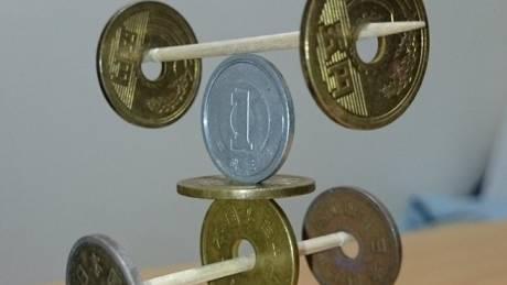 Γλυπτά από νομίσματα που «ξεγελούν» την βαρύτητα (Vid)