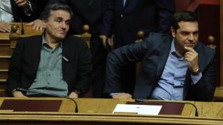 Καυγάς στη Βουλή για τα πλεονάσματα 3,5% μέχρι το 2028