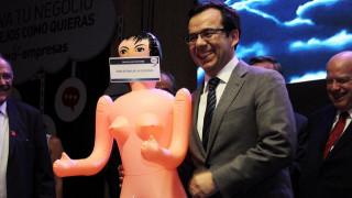 Έκαναν δώρο «φουσκωτή κούκλα» στον υπουργό Οικονομικών της Χιλής