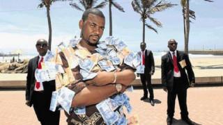 Φορά κοστούμια από χρήματα (pics&vid)