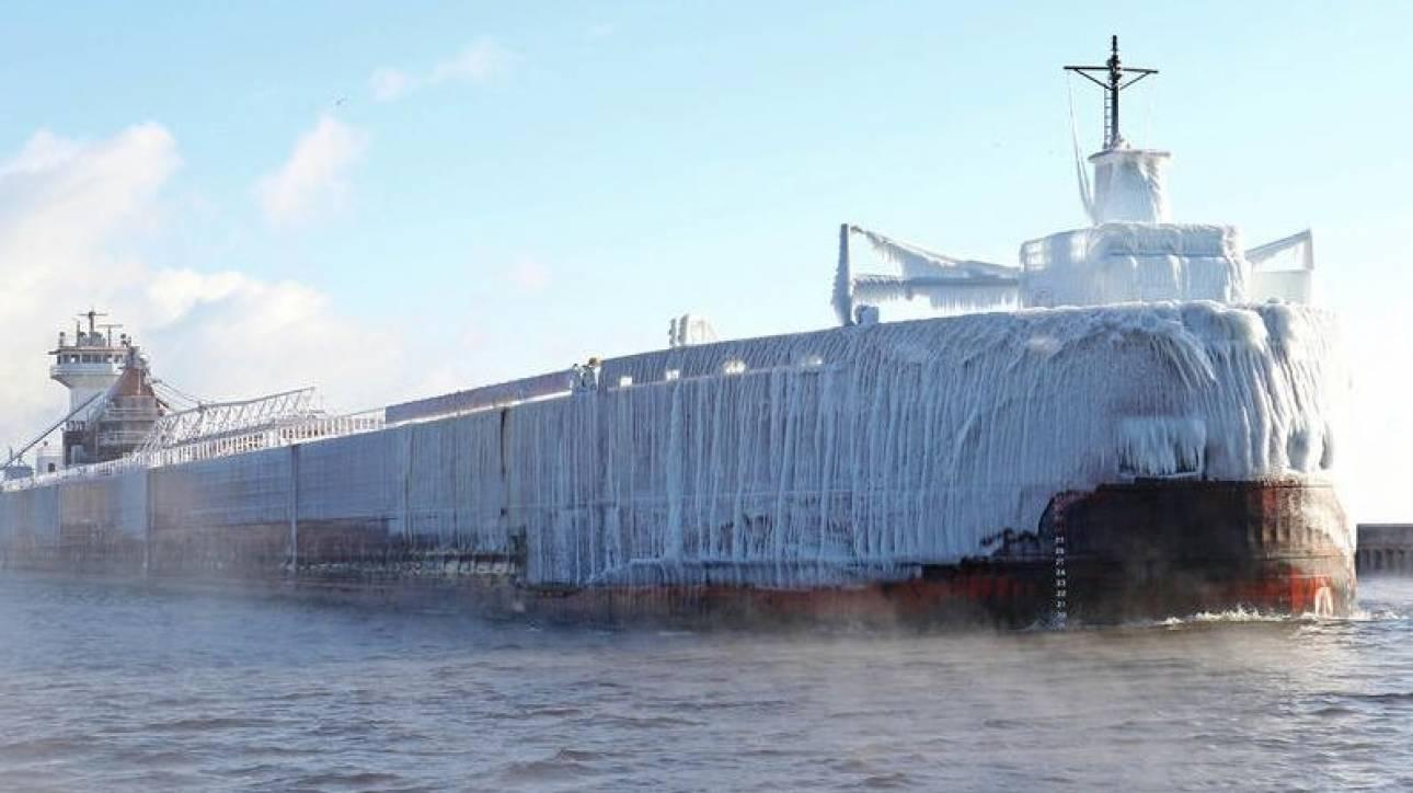Πλοίο «παγόβουνο» μπαίνει σε λιμάνι στις ΗΠΑ