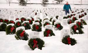 Στεφάνια σε τάφους στρατιωτών στο Ντένβερ