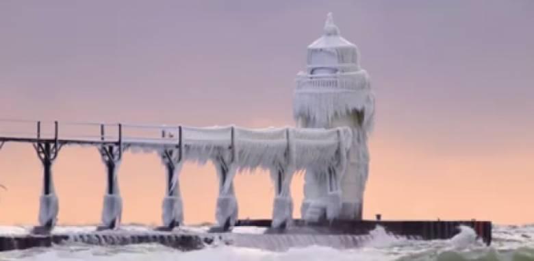 Μίσιγκαν: Παγωμένος φάρος βγαλμένος από παραμύθι (vid)