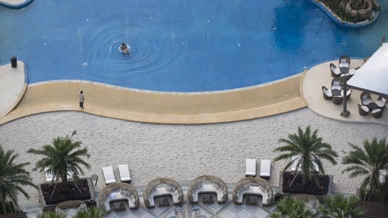 Νερό πισίνας άλλαξε το χρώμα του μαγιό επισκέπτη