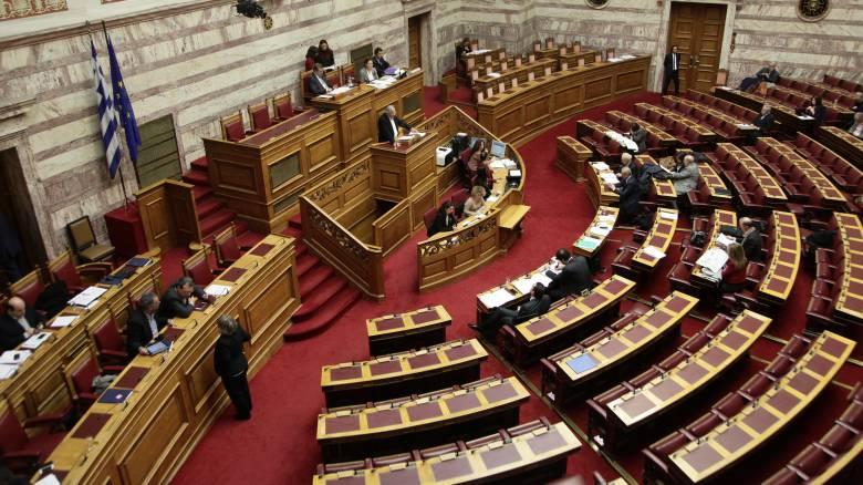 Θύελλα αντιδράσεων στη Βουλή για το μπαράζ τροπολογιών