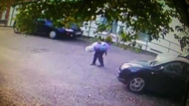 Προσποιήθηκε ότι θέλει να τη βοηθήσει και της έκλεψε το αυτοκίνητο (vid)