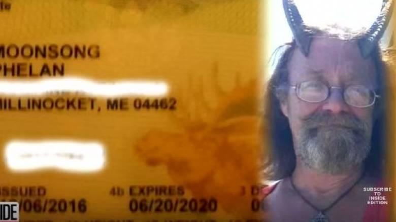 Φορά κέρατα στη φωτογραφία άδειας οδήγησης. Δικαίωμά του!