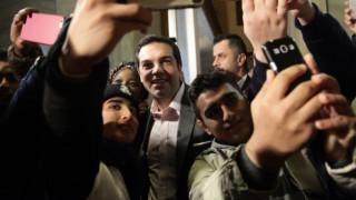 Ο Τσίπρας άνοιξε την αγκαλιά του σε προσφυγόπουλα και επιτέθηκε στον Σόιμπλε (pics)