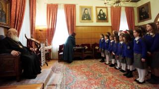 Τα κάλαντα στον αρχιεπίσκοπο Ιερώνυμο από μαθητές και χορωδίες