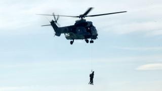 Με ελικόπτερα η απομάκρυνση πληρώματος από πλοίο που προσάραξε στην Άνδρο