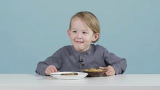 Παιδιά δοκιμάζουν Χριστουγεννιάτικα φαγητά του κόσμου: αυτές είναι οι αντιδράσεις τους (vid)
