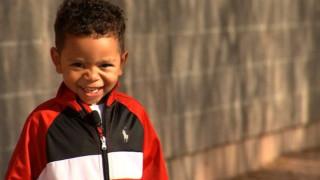Ένας 3χρονος μαθαίνει πως υιοθετήθηκε και το χαμόγελό του γίνεται viral