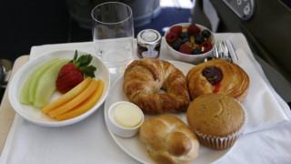 Τα φαγητά που μετατρέπουν τα αεροπορικά ταξίδια σας σε «εφιάλτη»