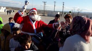 Λάρισα: Ο Άγιος Βασίλης μοίρασε... δώρα σε προσφυγόπουλα (pics)