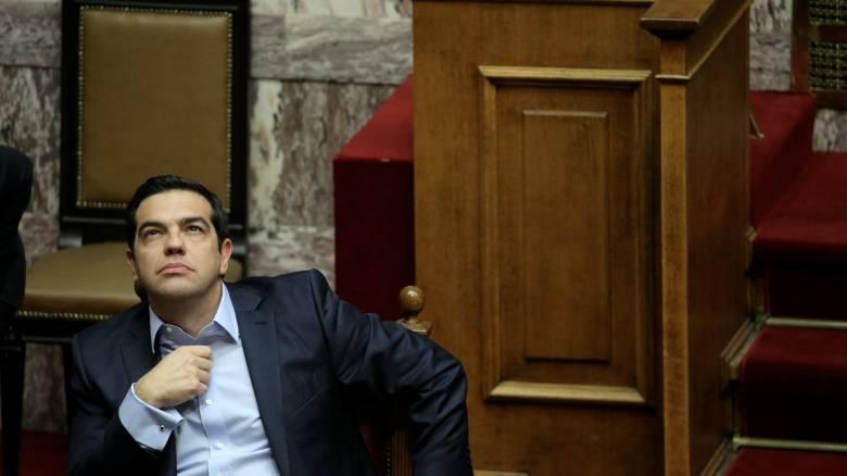Handelsblatt: Υπό πίεση ο Τσίπρας, αναζητά ενόχους