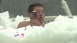 Το πραγματικό Ice-Bucket Challenge: Διαγωνίστηκαν σε δεξαμενές με πάγο