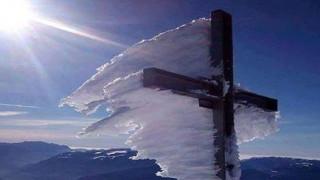 Ο παγωμένος σταυρός του Ψηλορείτη που έγινε... viral (pics)