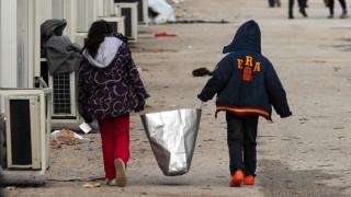 Κουβέρτες από την Ειδομένη «μεταμορφώνονται» σε παλτό για τους πρόσφυγες