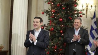 Κάλαντα στον Πρωθυπουργό: Ο ΠΑΟΚ, οι πίτες και το τραγούδι του Καμμένου