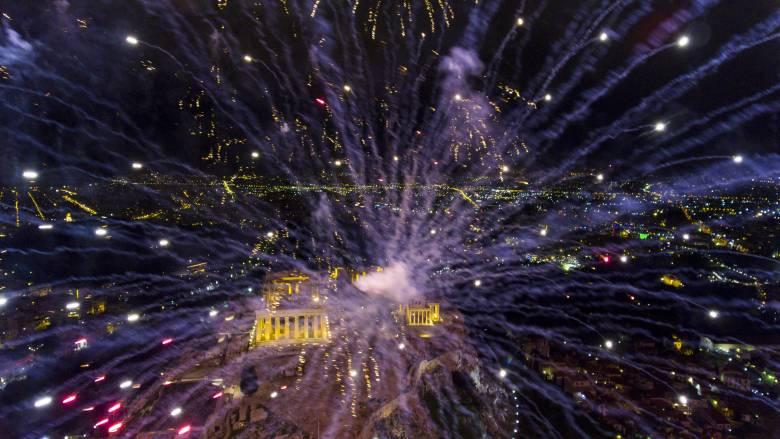 Πρωτοχρονιά: Έτσι υποδέχθηκε η Ελλάδα το 2017 (pics&vids)