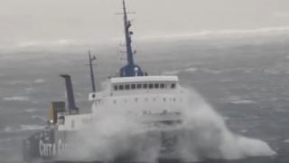 Η «μάχη» πλοίου με τεράστια κύματα ανοικτά της Μυκόνου (vid)