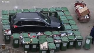 Κάδοι σκουπιδιών πήραν εκδίκηση από σταθμευμένο αυτοκίνητο (Vid)