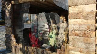 Λάρισα: Έκλεψαν το «Θείο Βρέφος» από τη φάτνη της πλατείας (pics)