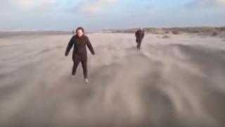 Τρομερή οφθαλμαπάτη δείχνει ζευγάρι πεζοπόρων να «πετά» σε παραλία (vid)