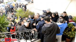 Κάτοικοι εισέβαλαν στο δημαρχείο Μεσολογγίου (pics)