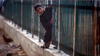 Ανήλικα παιδιά δουλεύουν σαν σκλάβοι με τούβλα στο κεφάλι