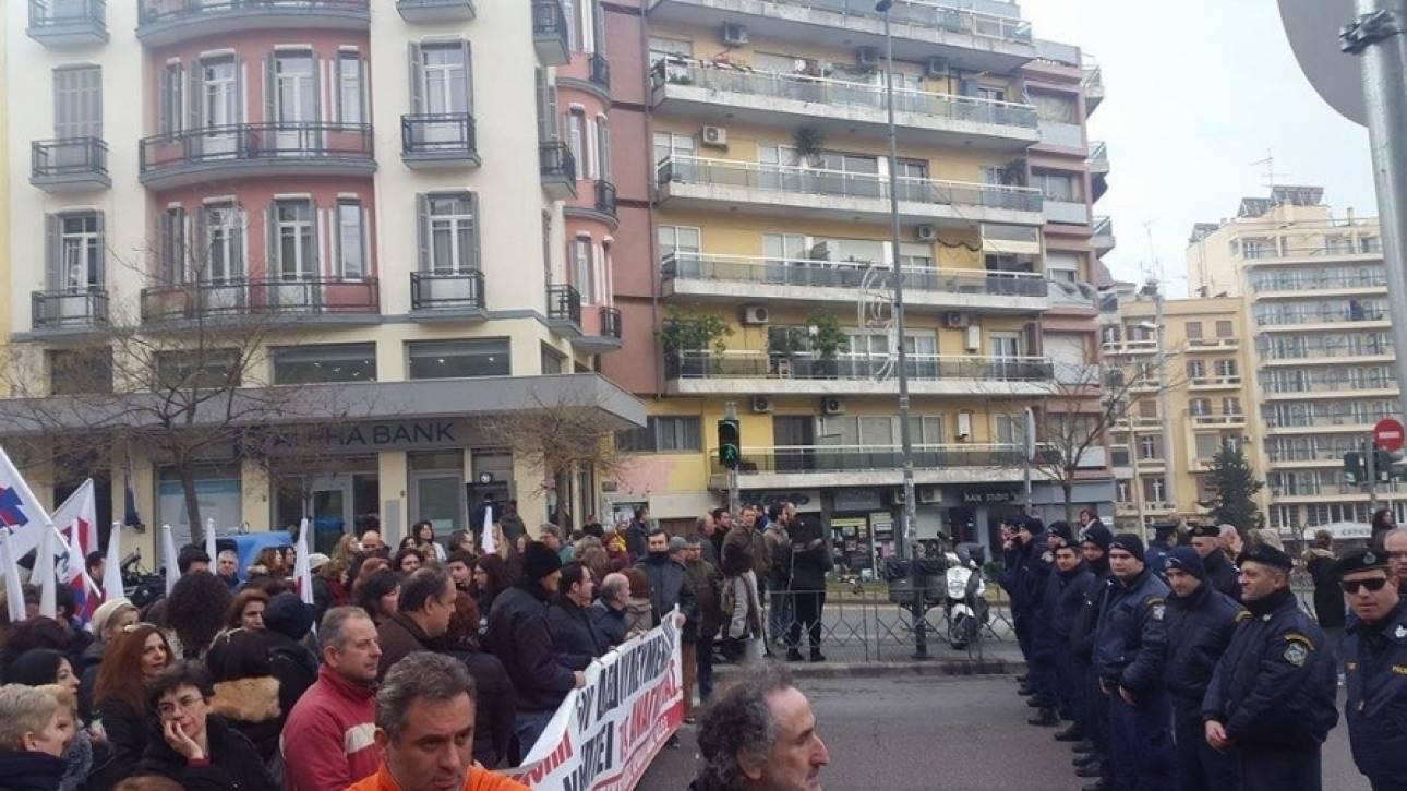 Με συνθήματα και πανό «υποδέχτηκαν» τον Τσίπρα στην Θεσσαλονίκη (pics&vid)