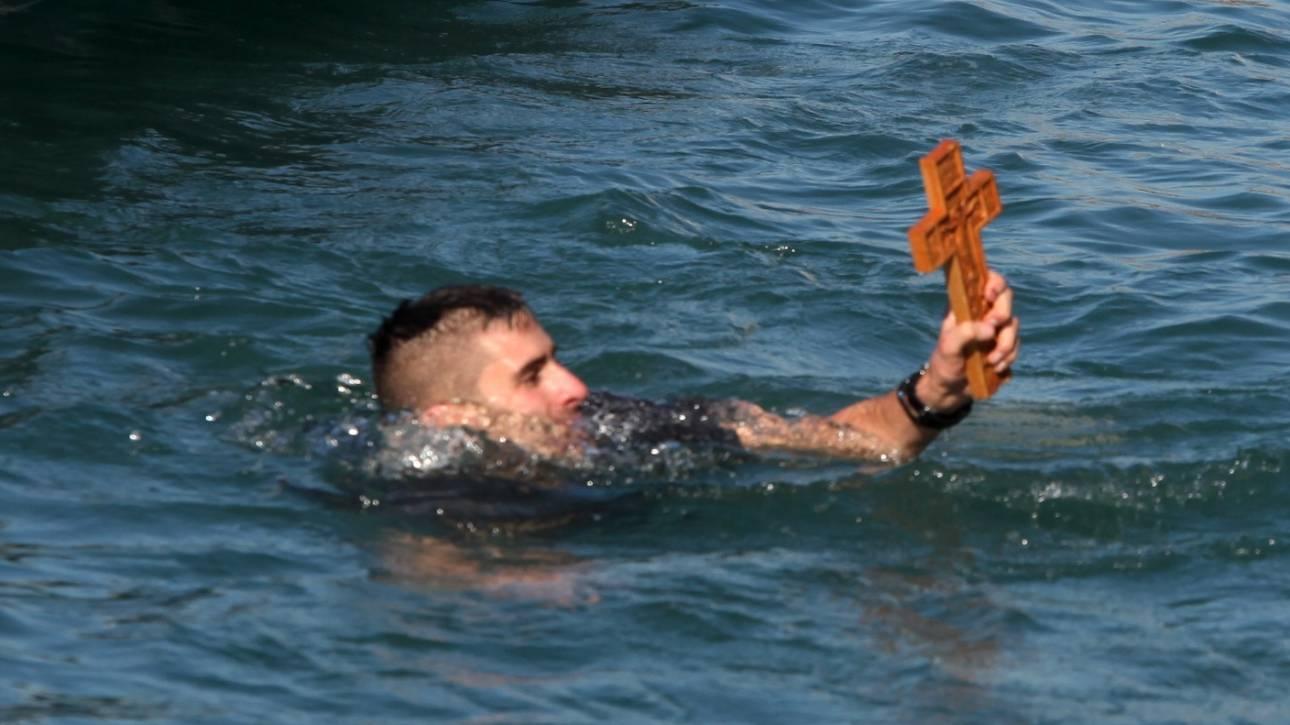 Θεοφάνεια: Τι γιορτάζουμε και γιατί ρίχνουμε τον Σταυρό στη θάλασσα